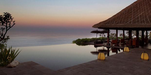 """宝格丽巴厘岛度假酒店(Bvlgari Hotels & Resorts Bali) 简介: 宝格丽度假酒店坐落在全世界最独特、最具东方热带风情的旅游胜地之一巴厘岛。这里展示着令人屏息静气的自然美景,不但以现代的角度重新诠释传统的巴厘岛 风味,更展现了宝格丽独特的意大利风格。度假酒店位于海平面以上 150 多米,展现了无与伦比的印度洋海景,再加之顶级的服务质量,完美造就了继宝格丽米兰酒店后另一奢华宝格丽酒店。 """"Bukit Peninsula 曾经是巴厘岛的皇家狩猎场,现已成为宝格丽巴厘"""